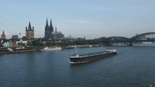 Koeln, Deutschland - Circa August 2019: Binnenschiff fährt auf dem Rhein über den Koelner Dom