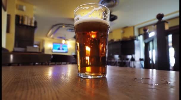 Pintu britského piva na hospodském stole, široký výhled s kopírovacím prostorem
