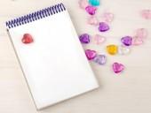 Üres jegyzék a spirál. Hely, a szöveg. A következő reptér környékén: színes dekoratív szívét. Mok fel