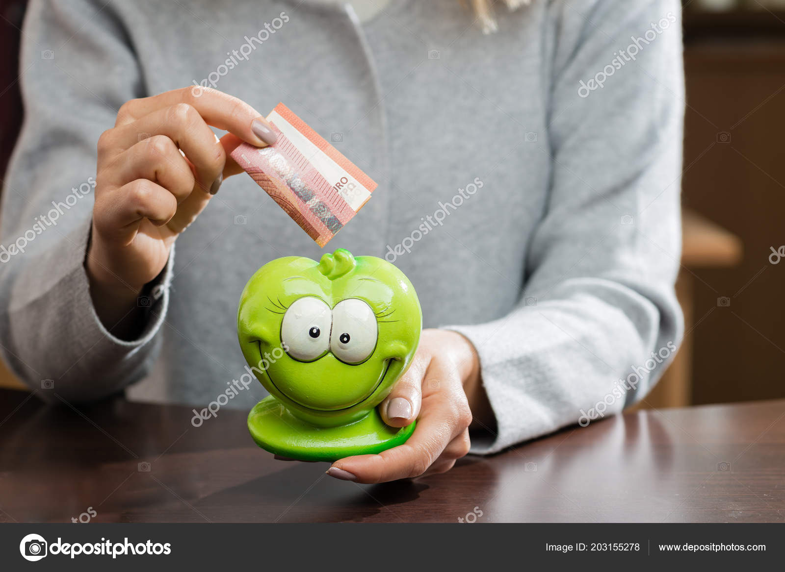 Frau Setzen Visitenkarte In Eine Lustige Grüne Kässeli