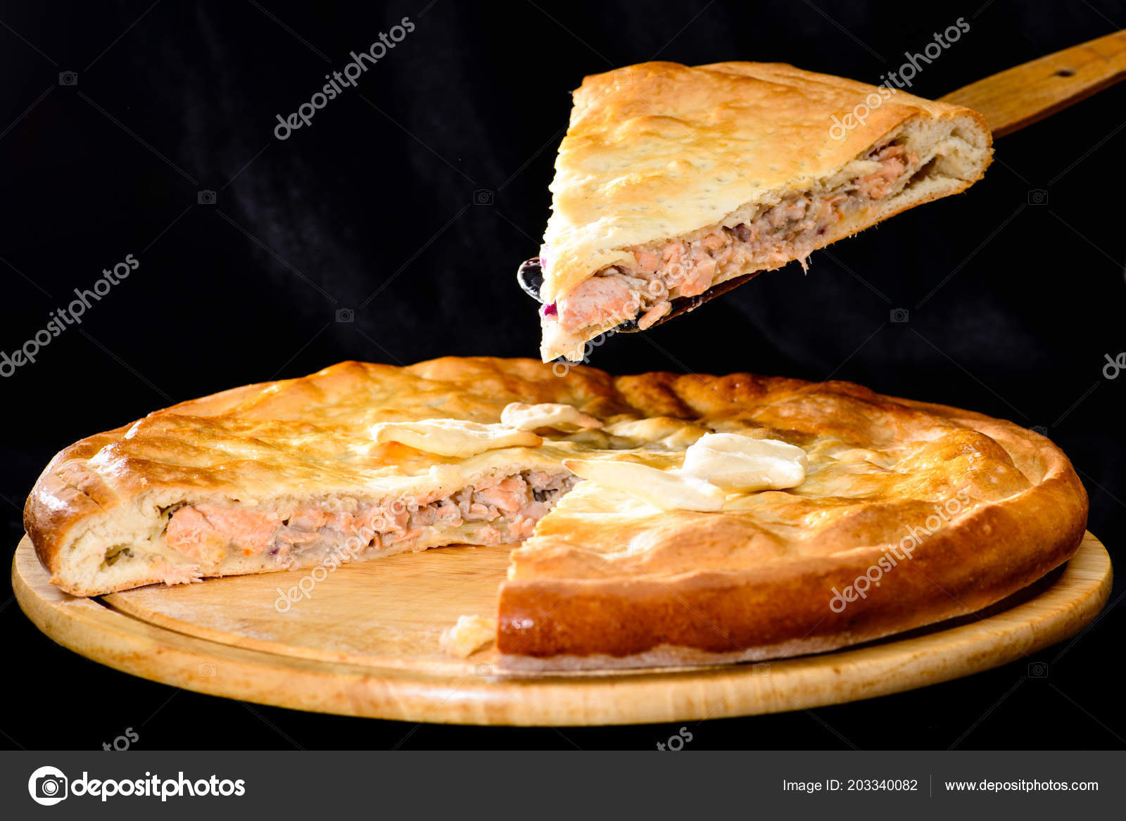 Leckere Kuchen, Runde Hausgemachten Köstlichen Fisch Pie Auf Holz U2014  Stockfoto