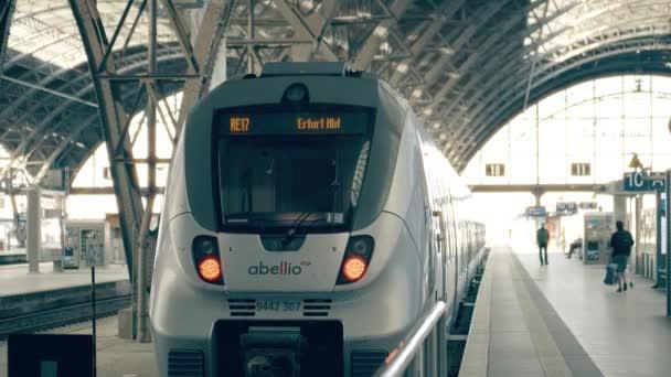 Lipsko, Německo – 1. května 2018. Moderní vlak na hlavní nádraží