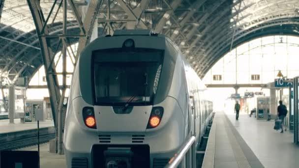 Moderní vlak do Bratislavy. Cestování na Slovensko koncepční intro klip