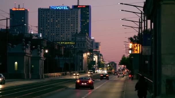 Varšava, Polsko - 9. června 2018. Aleje Jerozolimskie velké město ulice večer