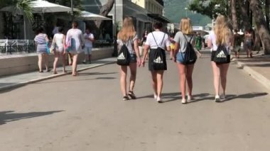 60343336bf1 Μπούντβα, Μαυροβούνιο - 2 Αυγούστου 2018. Νεαρές γυναίκες περπατούν με  μαύρα Nike και Adidas