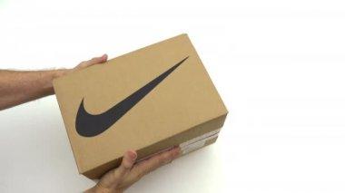 0cf84825a9d Ο άνθρωπος κρατά το κουτί με το λογότυπο της Nike. Συντακτική κλιπ — Αρχείο  Βίντεο