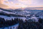 Zimní krajina v horách Slezské Beskydy. Pohled shora. Foto krajina zachycena s DRONY. Polsko, Evropa.