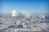 Luftaufnahme von Kraftwerk und Kohlespeicher. Foto mit Drohne aufgenommen.