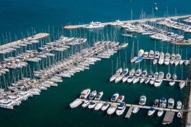 "Картина, постер, плакат, фотообои ""вид с воздуха на яхт-клуб и марину. белые лодки и яхты. ph "", артикул 264543866"