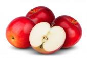 Fotografie drei ganz roten Apfel mit Hälfte isoliert auf weißem Hintergrund
