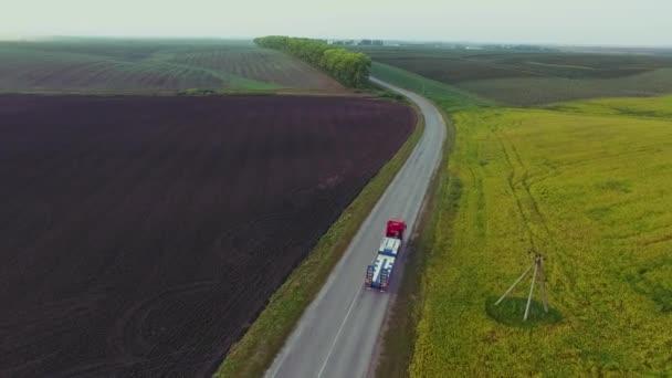 Letěl vysoko nad částečně truck nákladní přepravu zboží na rušné silnici po celé zemi v krásné letní večer