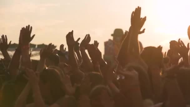 Zpomalené sekvence rukou tanečníků na večírku zastřelen proti slunci. Střílel na Sony Fs700 na kmitočet 100fps