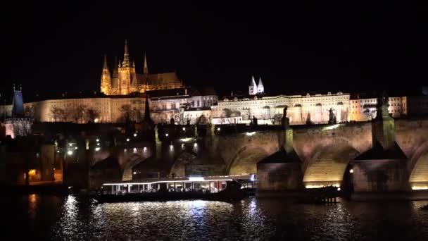 Široký statické noci klip na Karlův most a Pražský hrad za soumraku. Most a hrad se rozsvítí