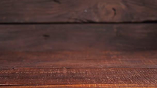 Holzstruktur. Vintage-Hintergrund. Holzwand und Tisch. Kamerabewegung von rechts nach links.
