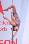 Minsk, Bělorusko - leden 12-13, 2019: dívka účinkování na festivalu letecké akrobacie Polygon u atletiky sportovního areálu