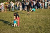 Minsk, Bělorusko - 30 července 2017: Festival leteckých sportů o Sky. Třetí fáze mistrovství světa sportovní vrtulník. Vrtulník slalom