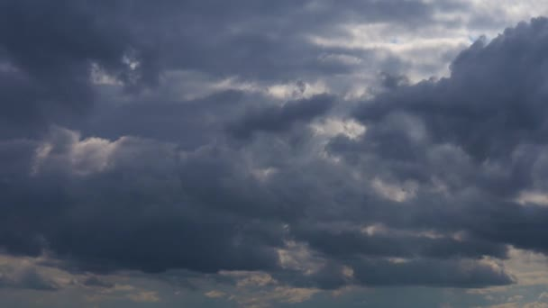 modrá obloha a bílé mraky.