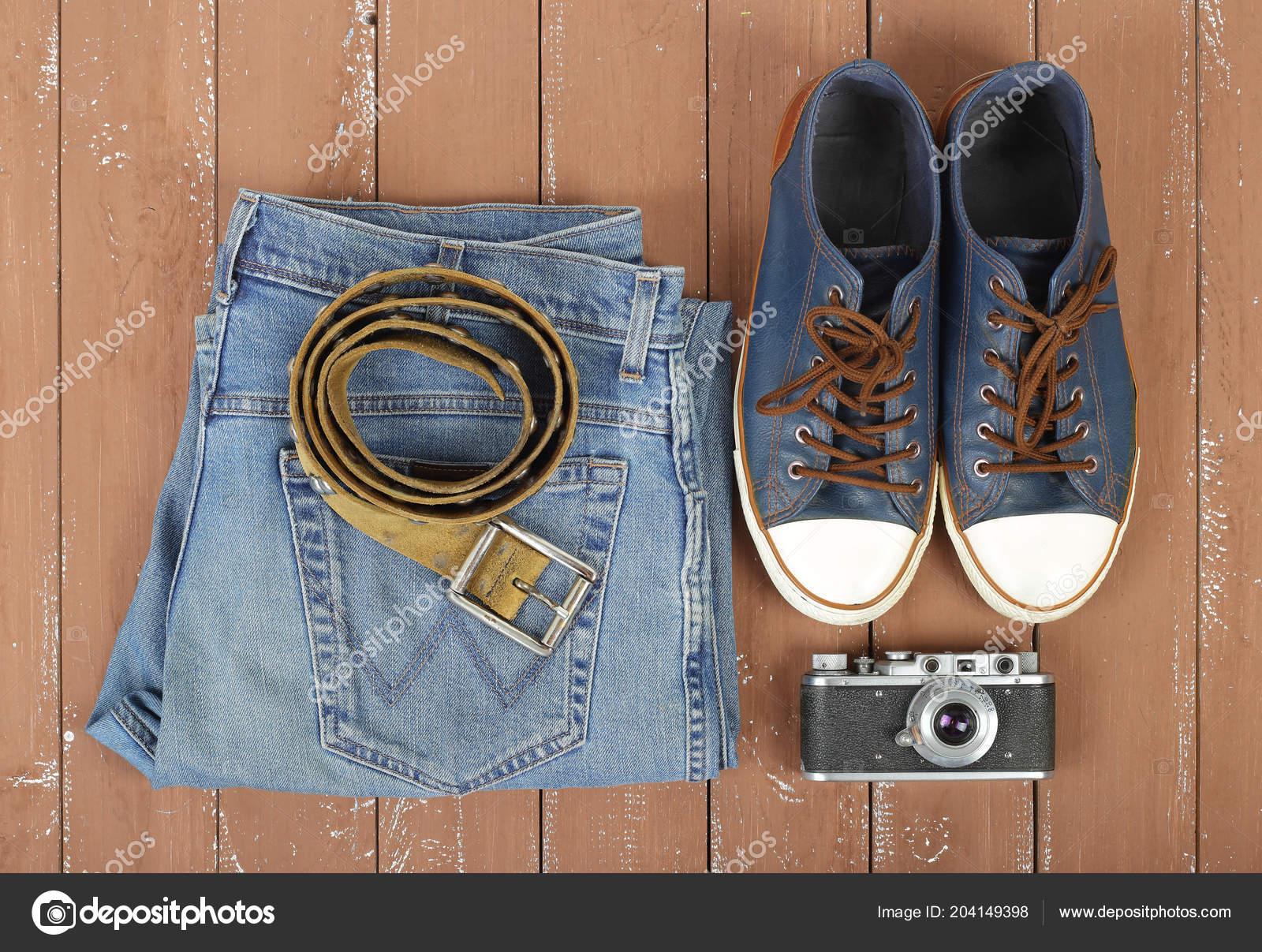Oblečení Obuv Doplňky Pohled Shora Starý Fotoaparát Kožený Opasek Čmuchání  — Stock fotografie 202dbf63e2