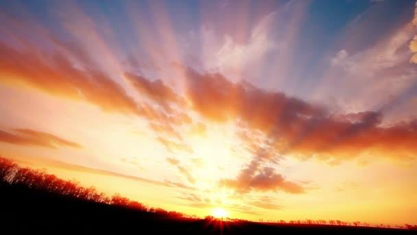 Západ slunce. timelapse. pohyb. léto.