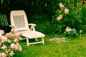 Photo White deckchair in the garden among pink roses, romantic settings