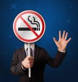 Fotografie Geschäftsmann mit Rauchverbotsschild