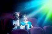 Tinédzser pár néz film