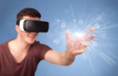 Mann mit Virtual-Reality-Brille