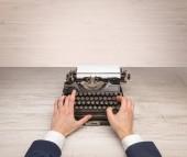 Első személy perspectve kézzel írás egy oldschool írógép