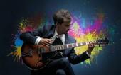 Compositore con macchia e la sua chitarra