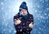 Jóképű fiú reszket a hóvihar koncepció