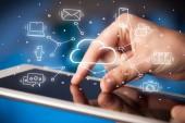 Ruční práce na tabletu s koncepcí systému technologie cloud