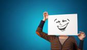 Osoba, která drží papír s cool emotikony tvář