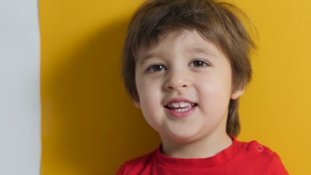 hrál chlapeček v červeném tričku na žlutém pozadí