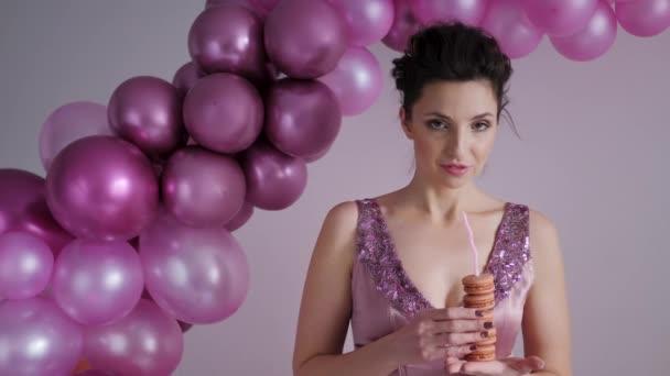 nő egy lila ruhában áll a háttérben a lufi