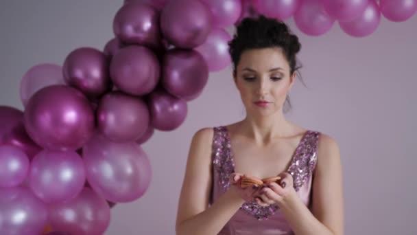 nő lila ruhában flitter nyúlik a karját előre keksz labdák