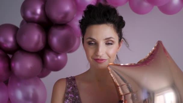 fiatal nő lila ruhában állva a háttérben