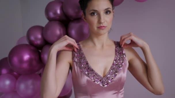 junge Frau im lila Kleid im Hintergrund