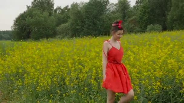 fiatal szexi nő piros ruhában táncoltak