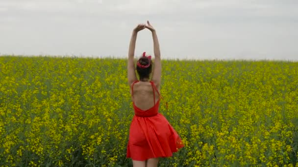 mladá sexy žena v červených šatech tanec