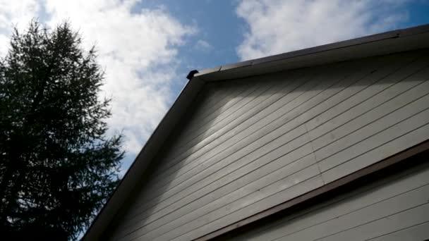 Dřevěná střešní střecha s černou střechou s modrou oblohou