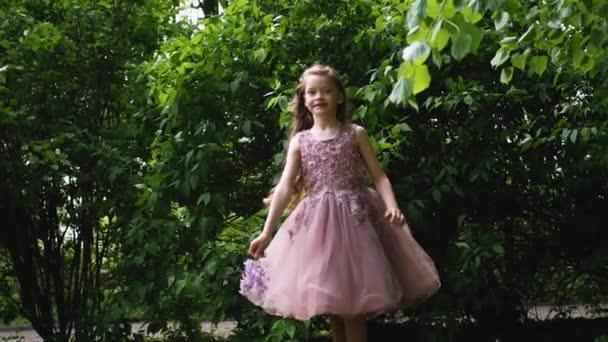 dívka v purpurové opuchlé šaty víří