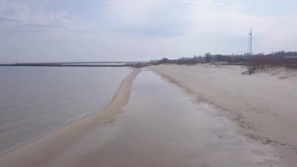 Přístav Roja Lotyšsko letecký pohled na krajinu dron pohled shora 4k Uhd videa
