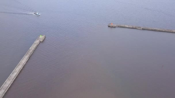 loď plující do přístavu Roja Lotyšsko letecký pohled na krajinu DRONY pohled shora 4k Uhd videa