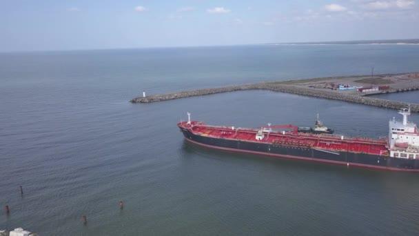 loď, která jde do přístavu Ventspils Lotyšsko letecký pohled na krajinu bzukot Top View 4k UHD video