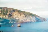 Medvědí hora nebo Ayu-Dag v Krymu. Vyhlídku z jižního pobřeží Krymu, poblíž města Jalty. Krajina a příroda Krymu v létě. Mys s strmý břeh v černém moři
