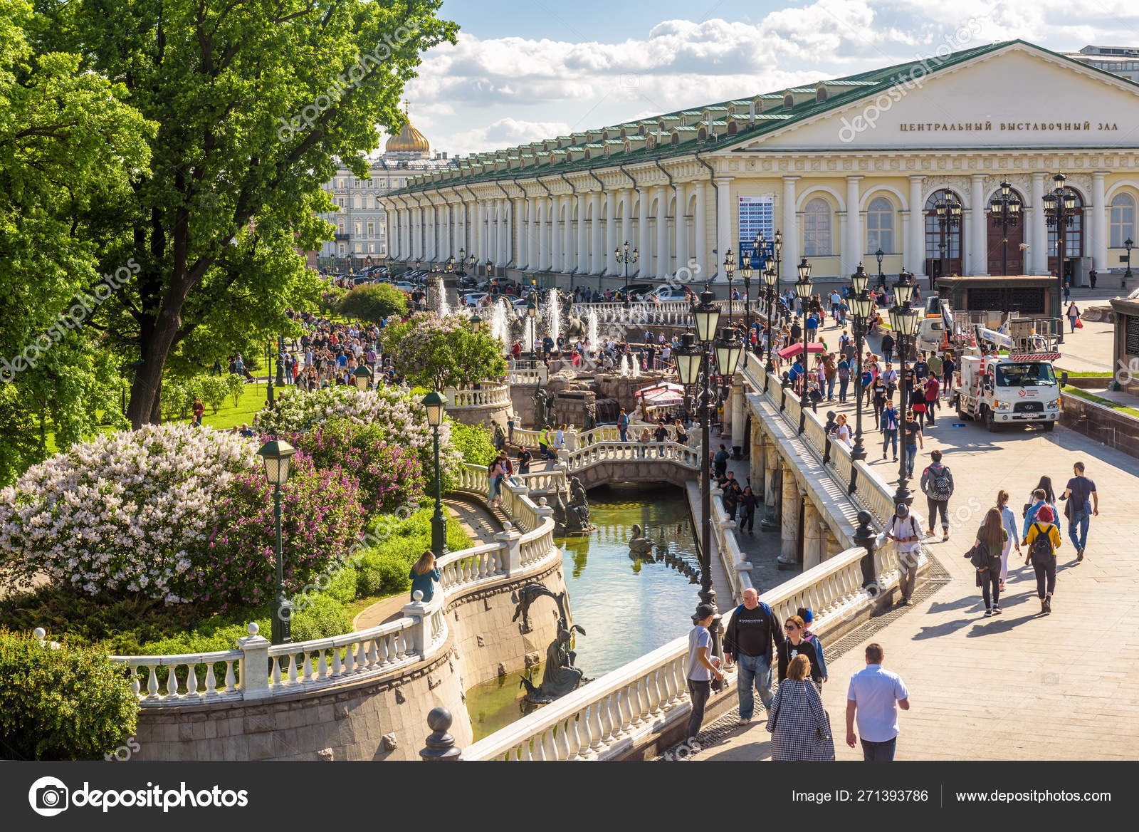 comparer les prix style populaire offre Manezhnaya or Manege Square with beautiful fountains in ...