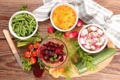 zdravé zeleninové saláty na stole
