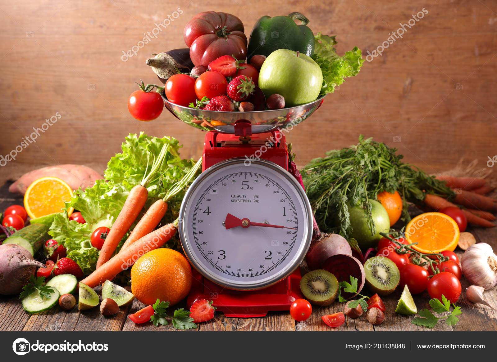 Bilanz Mit Obst Und Gemuse Diat Food Konzept Stockfoto C Studiom
