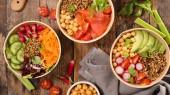 Fényképek A tálak a különböző vegetáriánus saláták felülnézet
