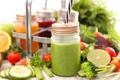 Fotografie fruit juice, smoothies in glass jars with ingredients
